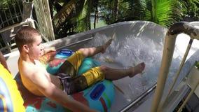 Waterslide на парке aqua курорта каникул имея потеху и играть акции видеоматериалы
