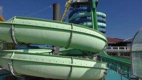 Waterslide der grünen Farbe in einem aquapark stock video footage