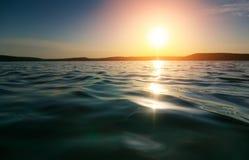 Waterspiegel bij zonsondergang Royalty-vrije Stock Afbeeldingen