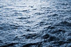 Waterspiegel met golven Stock Foto's