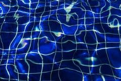 Waterspiegelachtergrond bij blauw zwembad Royalty-vrije Stock Foto