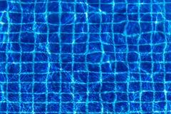 Waterspiegelachtergrond bij blauw zwembad Stock Afbeelding