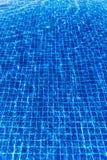 Waterspiegelachtergrond in blauw zwembad Stock Afbeeldingen
