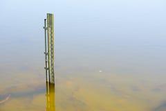 Waterspiegelmaat in rivier of damwater stock fotografie