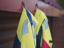 Watersport przygoda - kolorowe życie kamizelki wiesza na gwoździu zbiory wideo