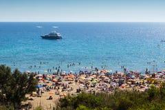 Watersports και παραλία στο χρυσό κόλπο, Μάλτα, Ευρώπη στοκ φωτογραφίες με δικαίωμα ελεύθερης χρήσης