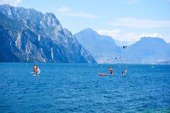 Watersports på Garda sjön, ITALY/Lago Di Garda arkivfoton
