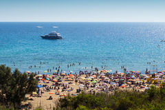 Watersports und Strand an der goldenen Bucht, Malta, Europa Lizenzfreie Stockfotos