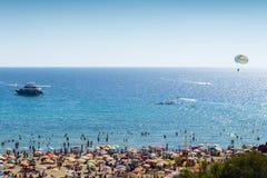 Watersports und Strand an der goldenen Bucht, Malta, Europa Stockbild