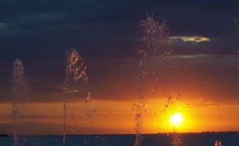 Watersprings door het overzees, in de zonsondergang Royalty-vrije Stock Foto