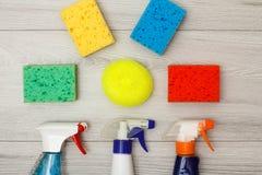 Waterspuitbussen en kleuren synthetische sponsen voor het schoonmaken Stock Fotografie