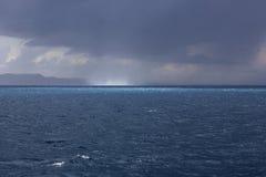 Waterspuiten, water twister, watertornado op zee Stock Foto's