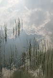 Waterstand en het wijzen van op wolken Royalty-vrije Stock Foto