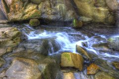 Waterstoom door rotsen Stock Fotografie