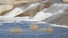 Waterstromen door de dam op rivier stock video
