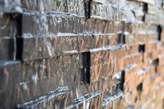 Waterstromen langs granietmuur Royalty-vrije Stock Afbeeldingen