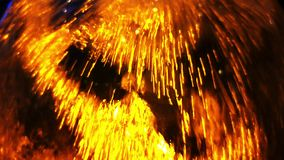 Waterstromen over het glas in gouden kleur als achtergrond stock footage