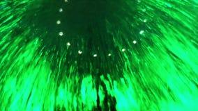 Waterstromen over het glas in groen als achtergrond stock video