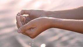 Waterstromen van de handen van het kind stock footage