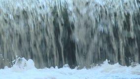 Waterstromen vanaf de bovenkant aan de bodem en het schuim stock videobeelden