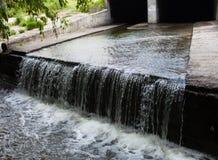 Waterstroom die de ondergrondse tunnel wegvloeien Stock Afbeeldingen