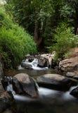 Waterstroom op de rivier met kleine watervallen Royalty-vrije Stock Foto's