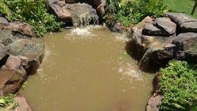 Waterstroom op rotsen voor buitenontwerp stock video