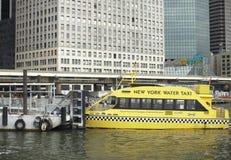Watertaxi bij Haven Stock Foto