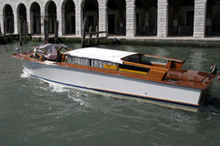 Watertaxi nahe Rialto Brücke in Venedig, Italien Stockbild