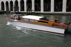Watertaxi perto da ponte de Rialto em Veneza, Italy Imagem de Stock