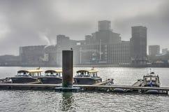 Watertaxis an einem nebeligen Tag Lizenzfreie Stockfotografie