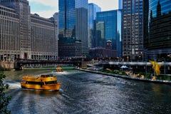 Watertaxis vervoeren de forenzen van het ochtendspitsuur over de Rivier van Chicago, met mening van kunst en zitkamerstoelen op r royalty-vrije stock foto