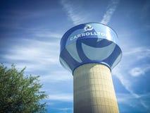 Watertoren in Carrollton, Texas tegen wolken blauwe hemel stock foto