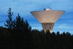 Watertoren in de nacht Stock Foto's