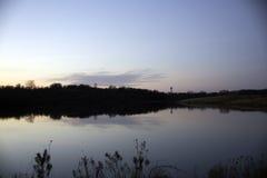 Watertoren in meerwater dat wordt weerspiegeld Stock Afbeeldingen