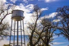 Watertoren tegen blauwe hemel Royalty-vrije Stock Foto's
