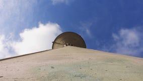 Watertoren tegen een blauwe hemel met wolken stock videobeelden