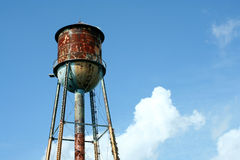 蓝色老生锈的天空watertower 库存图片