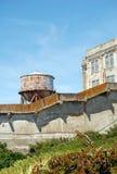 Watertower i stary budynek na Alcatraz wyspie Zdjęcia Royalty Free