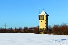 Watertower na neve cobriu campos Imagem de Stock