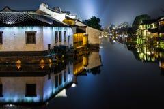 Watertown antigua en China en la noche, Wuzhen cerca de Shangai - casas Imagen de archivo