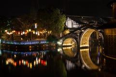 Watertown antigua en China en la noche, Wuzhen - puente y linternas Fotos de archivo libres de regalías