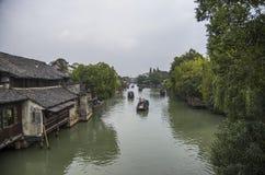 watertown Kanal med byggnader på vatten Zhouzhuang, royaltyfri fotografi