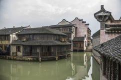 watertown Kanal med byggnader på vatten Zhouzhuang royaltyfri foto