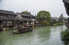 watertown Kanal med byggnader på vatten Zhouzhuang Kina royaltyfria bilder