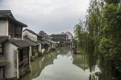 watertown Manica con le costruzioni su acqua Zhouzhuang fotografia stock libera da diritti