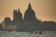 Watertraffic μπροστά από τον καθεδρικό ναό στοκ εικόνες