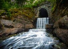 Waterval aan het eind van een tunnel Royalty-vrije Stock Afbeelding