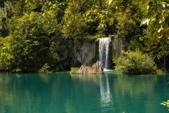 Waterval aan het meer Stock Foto's