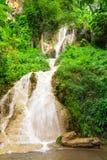 Waterval in aardpark, Thailand stock afbeeldingen